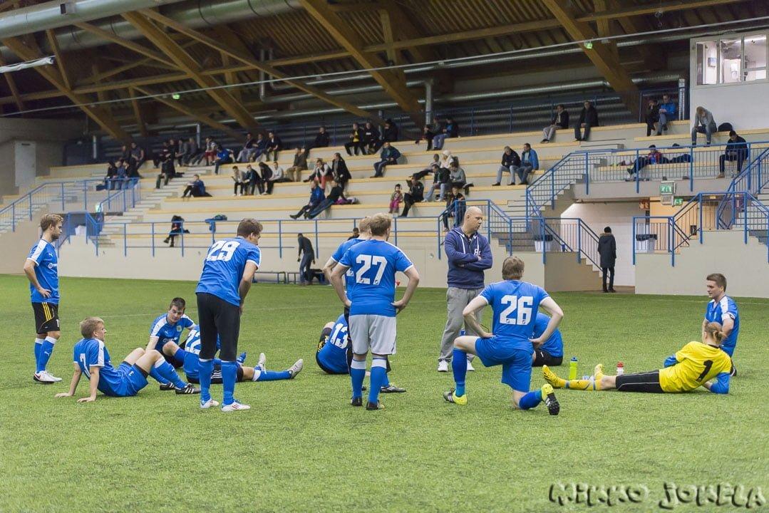 Päävalmentaja Mikko Mäkelä jakaa ohjeita ottelun tauolla