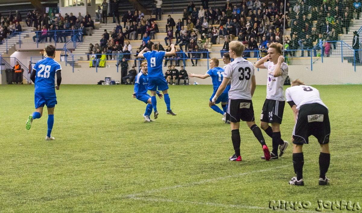 Tuomas Lehti riemuitsee komeaa maaliaan ilmassa, Riku Oras sekä Lauri Saari onnittelevat lähimpänä ja myös Sasha Popovitš juoksee mukaan