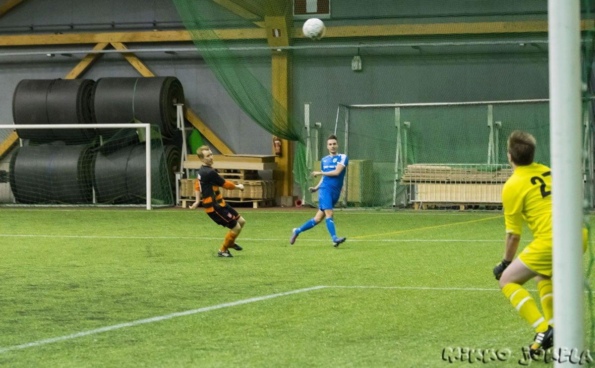 Niclas Kalatsev ylittää maalivahdin komeasti 6–0-maalissaan