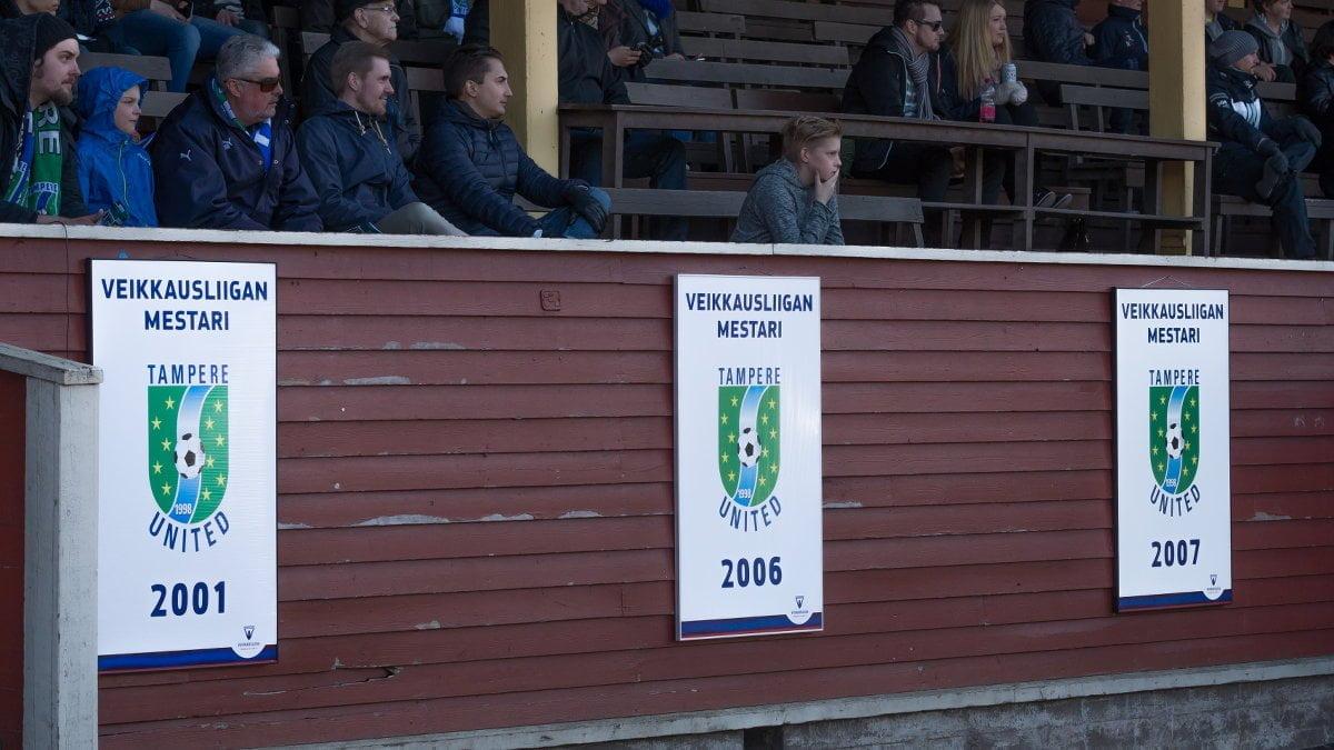 Mestaruusviirit oli tuotu Pyynikikille. Kuvassa myös TamUn kunniapuheenjohtaja Jyrki Laiho.