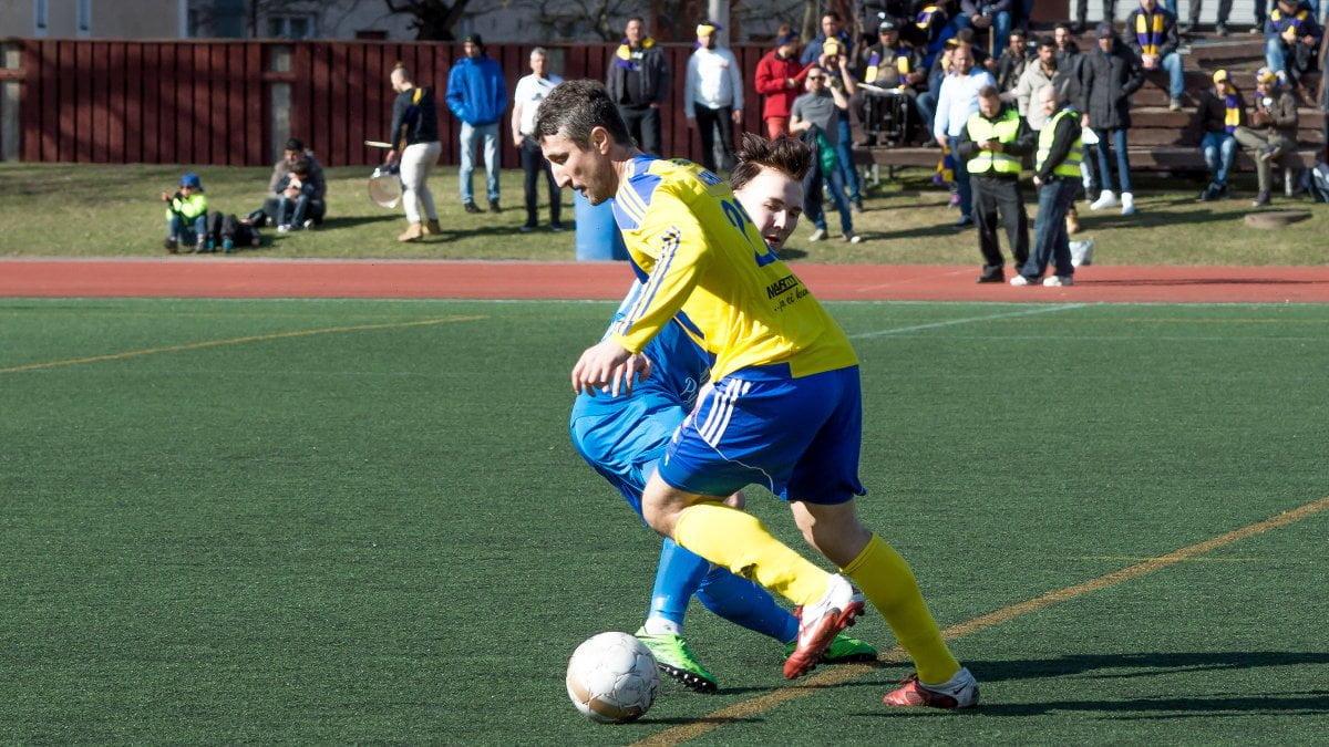 Ex-TamU-pelaaja Vasile Marchis vie pallon Matti Saarelta.