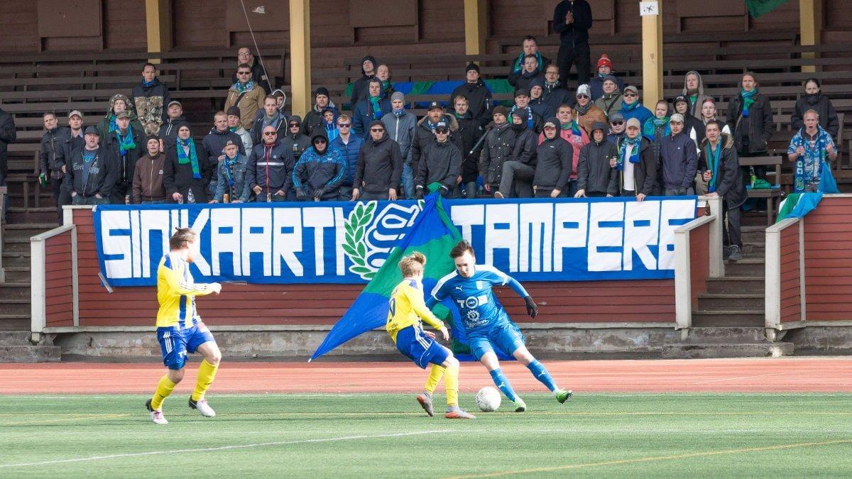 Matti Saari ohittaa puolustajan Sinikaartin edessä
