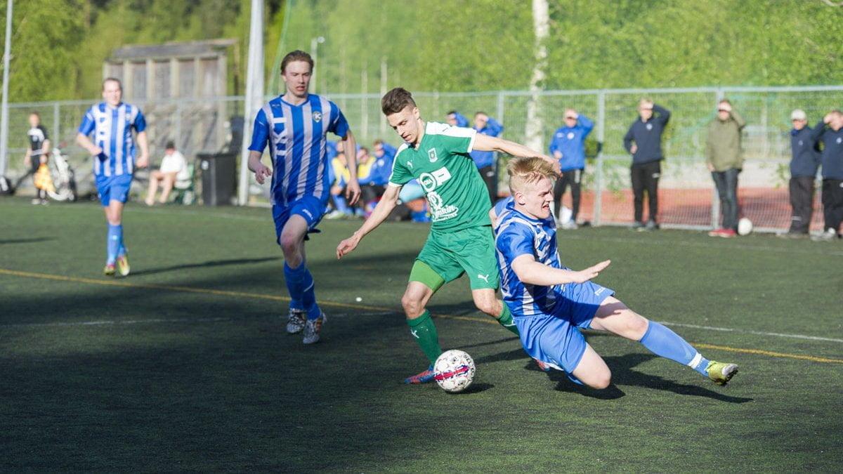 Niclas Kalatsev ohittaa puolustajan