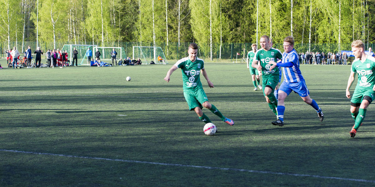 Niclas Kalatsev ehtii ensimmäisenä maalivahdin torjumaan pilkkuun ja laittaa pallon maaliin
