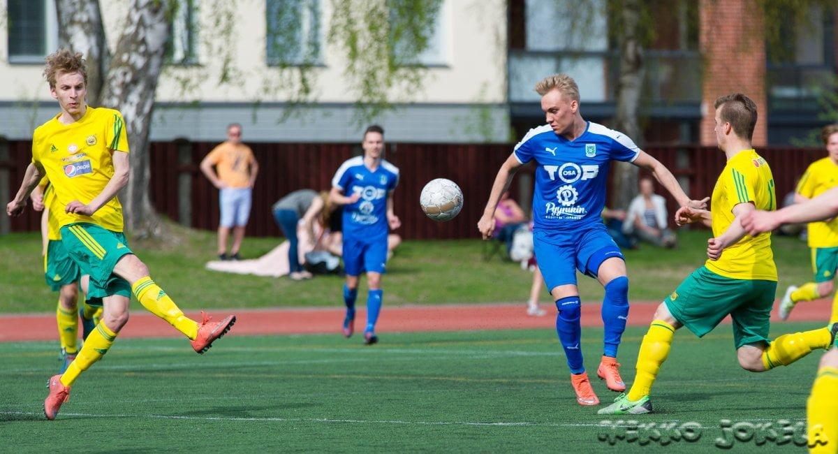 Lauri Saari Ilves-pelaajien keskellä