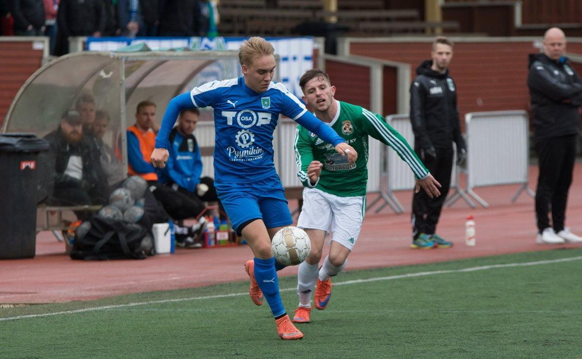 Lauri Saari murtautuu puolustajansa ohi ja keskittää Tuomas Alaselle 3–0-maalin arvoisesti