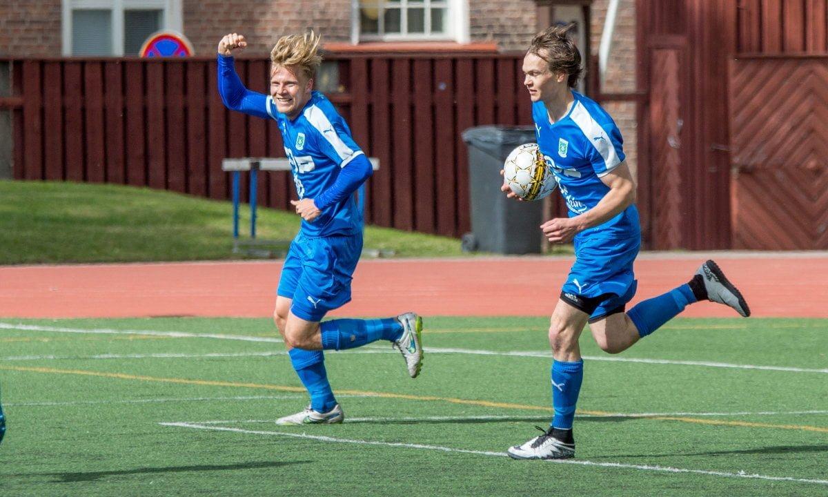 Riku Oras tuulettaa maalia ja Tuomas Alanen kantaa pallon keskiympyrään