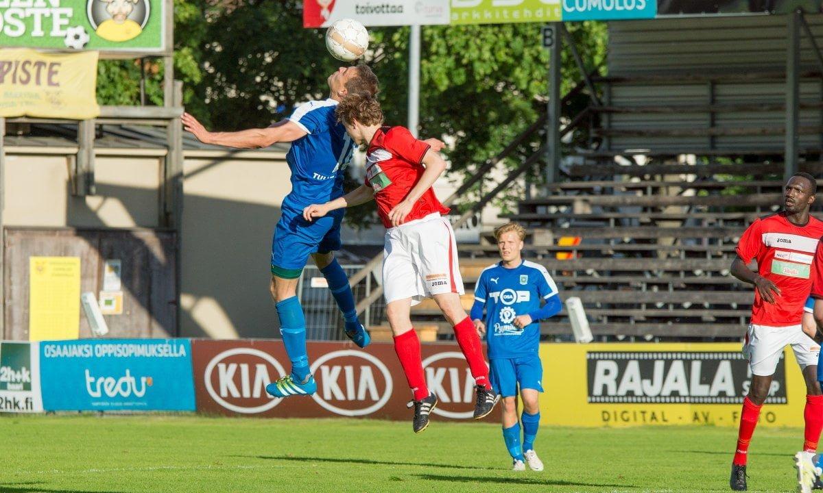 Mehdi Fennane voittaa pääpallon...