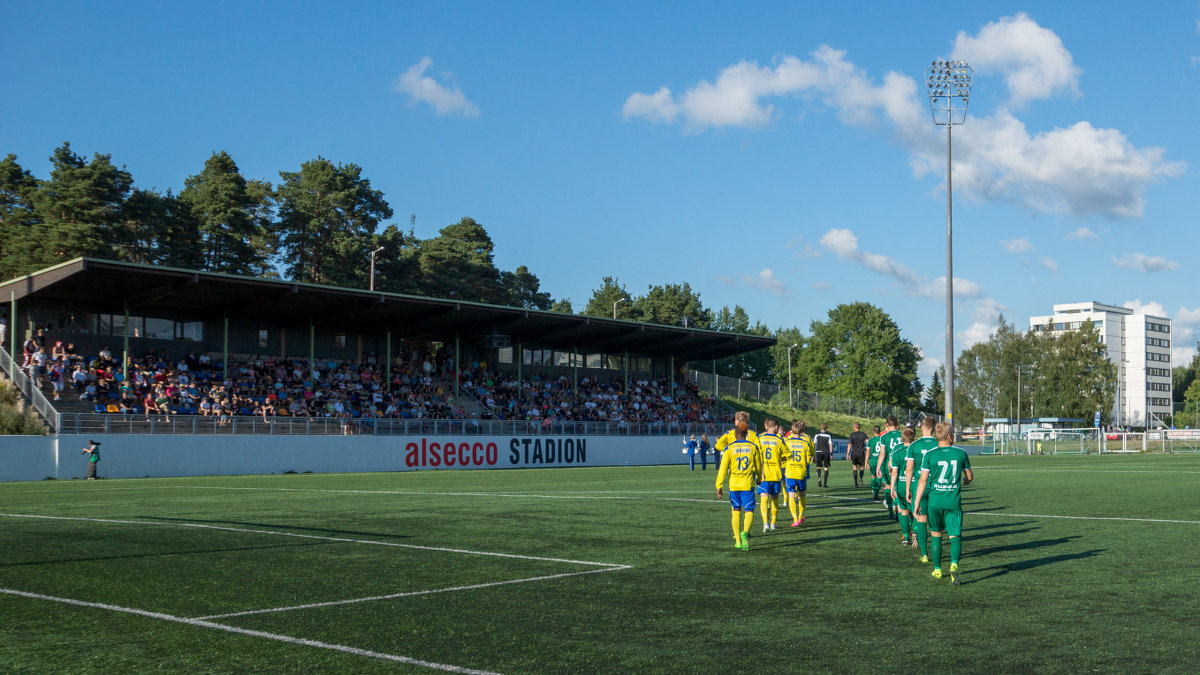 Äijänsuon stadion pullisteli ääriään myöden täytenä joukkueiden astellessa kentälle