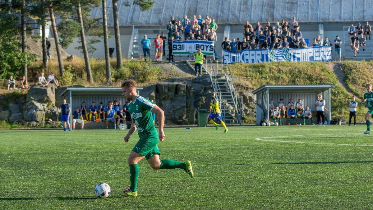 Valtteri Uimonen tuo palloa ylös