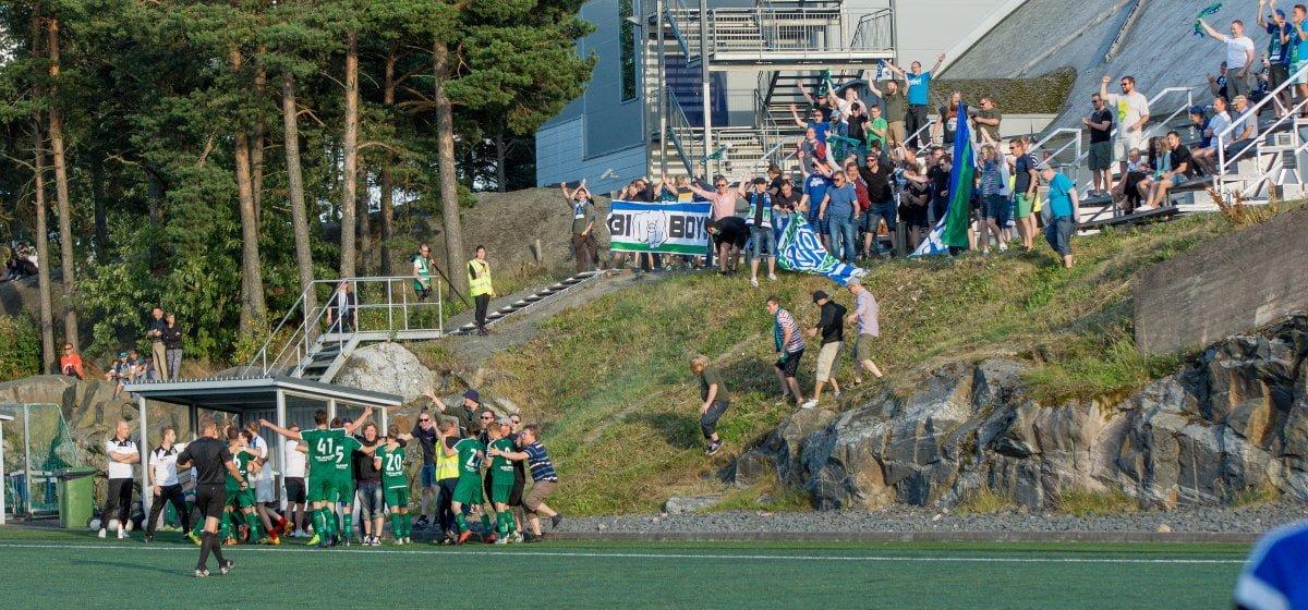 Pelaajat ja kannattavat juhlivat voittomaalia asiaankuuluvasti yhdessä