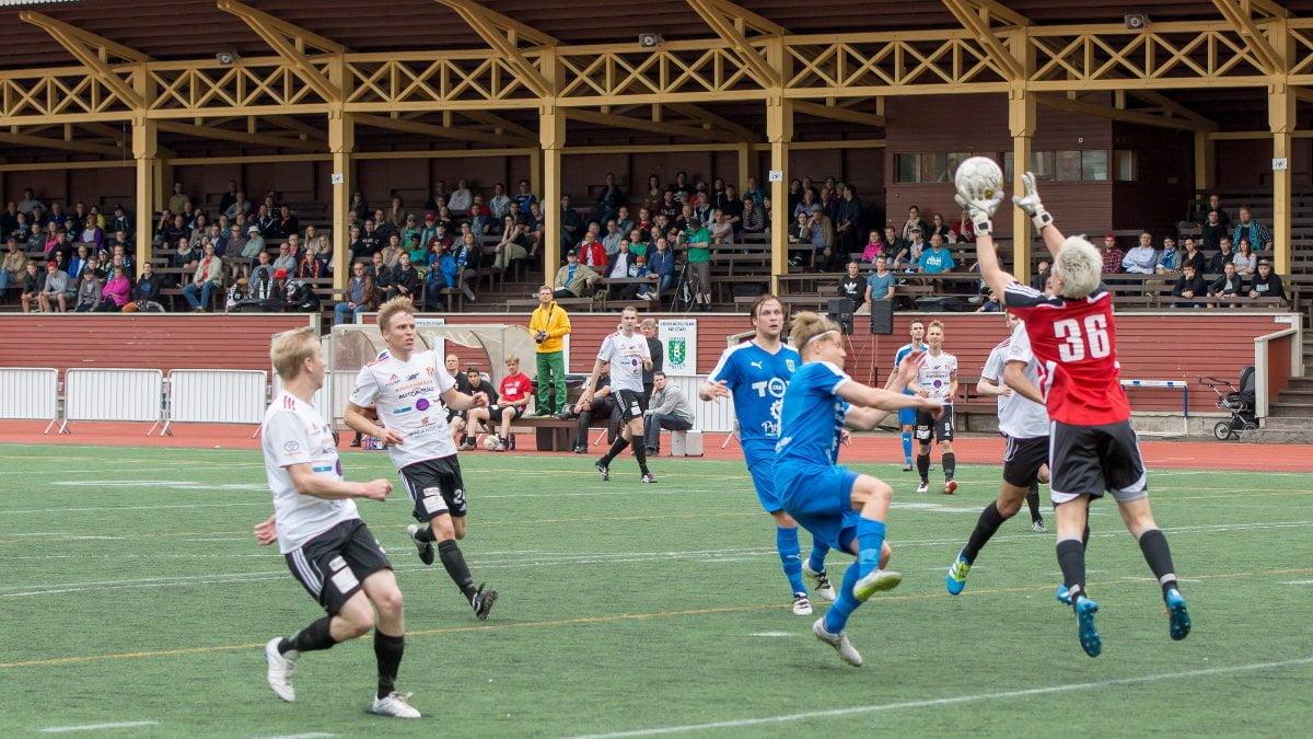 Maalivahti Elias Peltonen pudottaa pallon, mutta tilanteesta ei synny sen vaarallisempaa