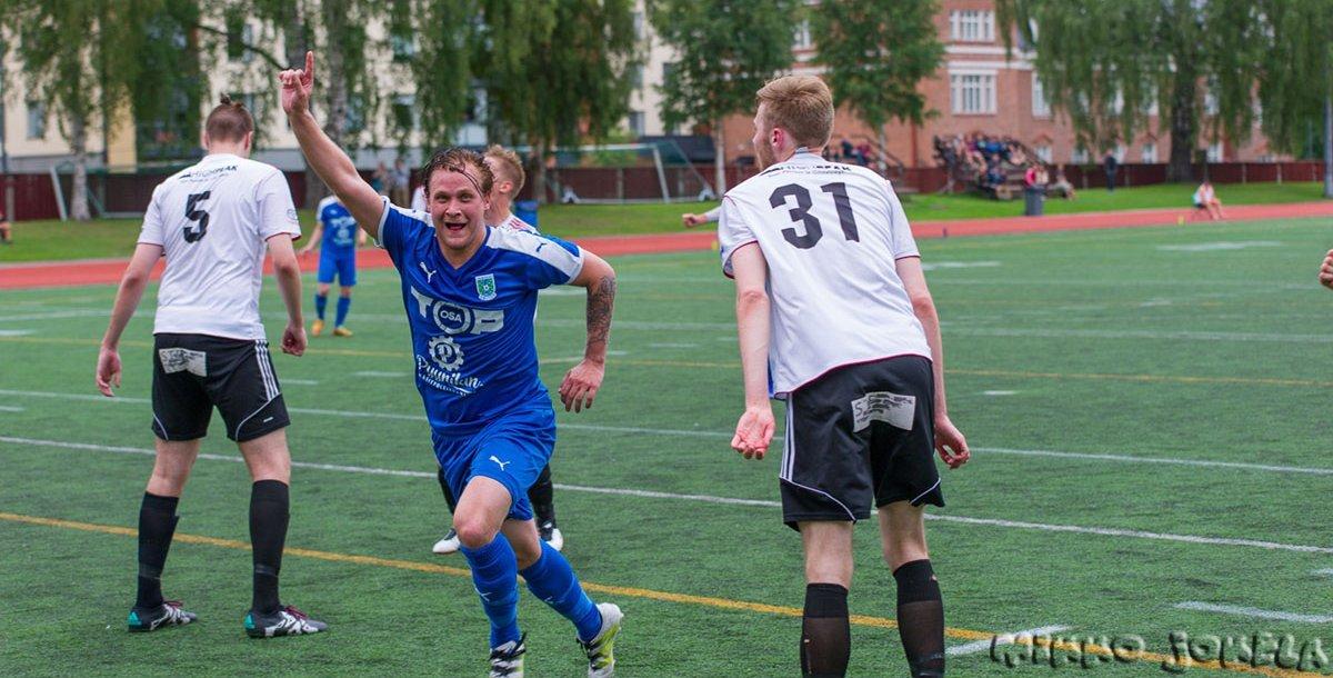 Tuomas Lehti tuuletta 2–0-osumaansa