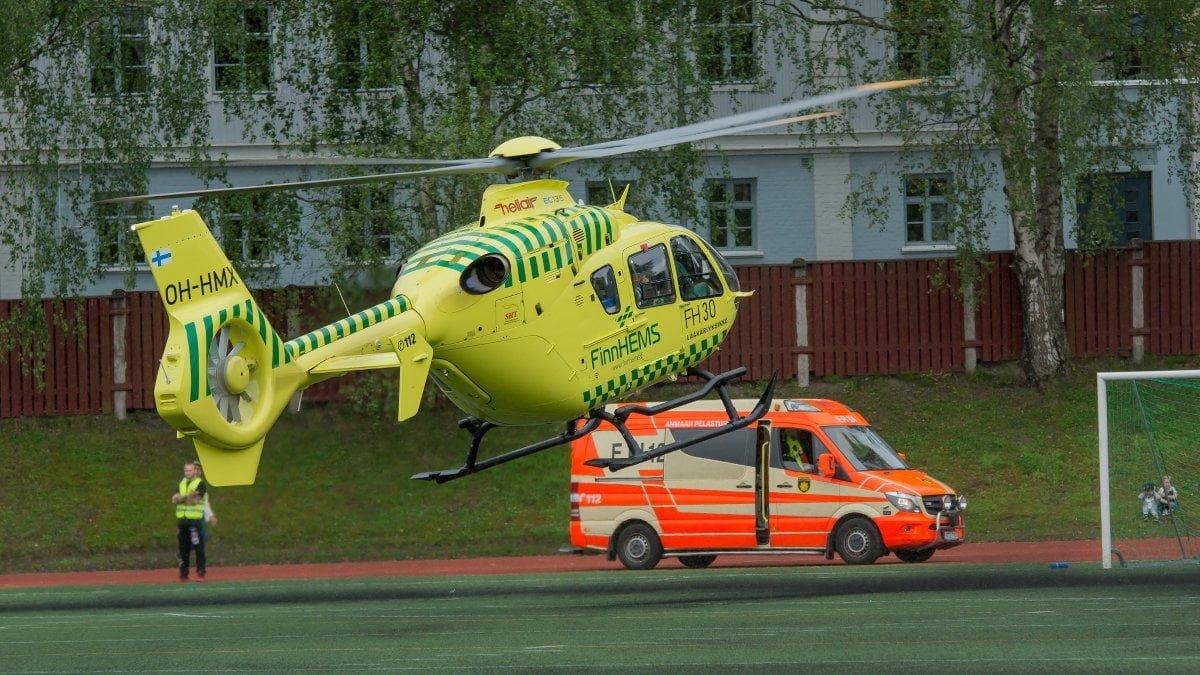 Ambulanssi odottaa helikopterilla saapuvaa lääkäriä