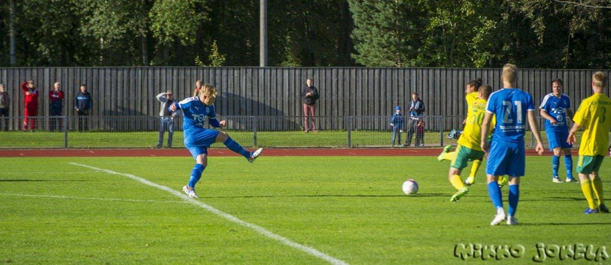 Riku Oras laukoo pallon puolustajan kautta maaliin.