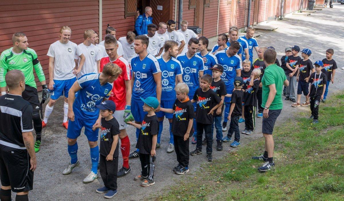 Joukkueet tulivat kentälle Tampereen Icehearts-joukkueiden poikien saattelemana