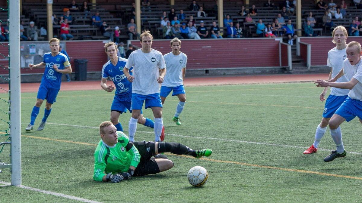 Juuso Saikkonen torjuu pallon tolpan juuresta