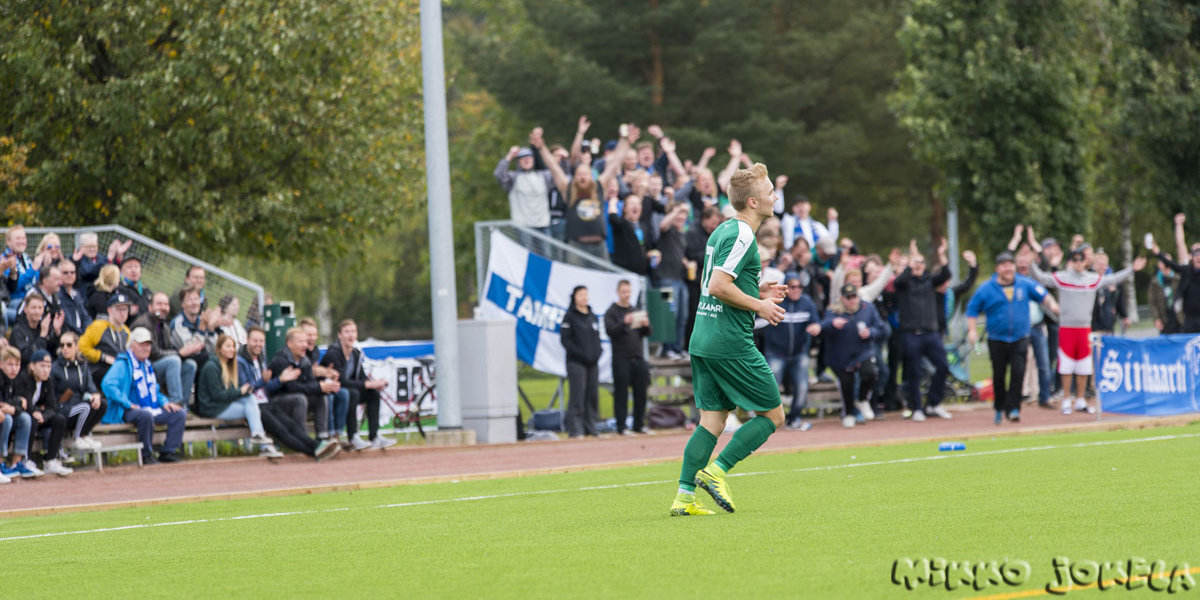 Matti Saari on juuri tehnyt 0–2-maalin ja kannattajat juhlivat taustalla