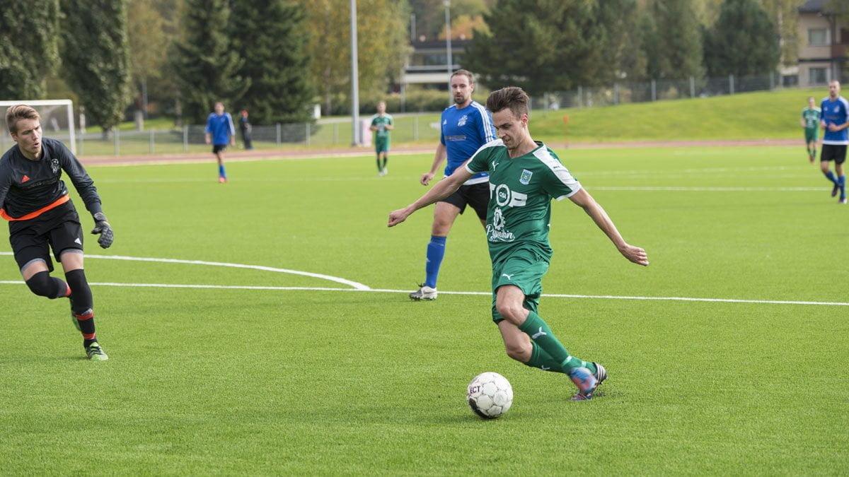 Niclas Kalatsev kiertää maalivahdin ja tekee 0–4 tyhjään maaliin