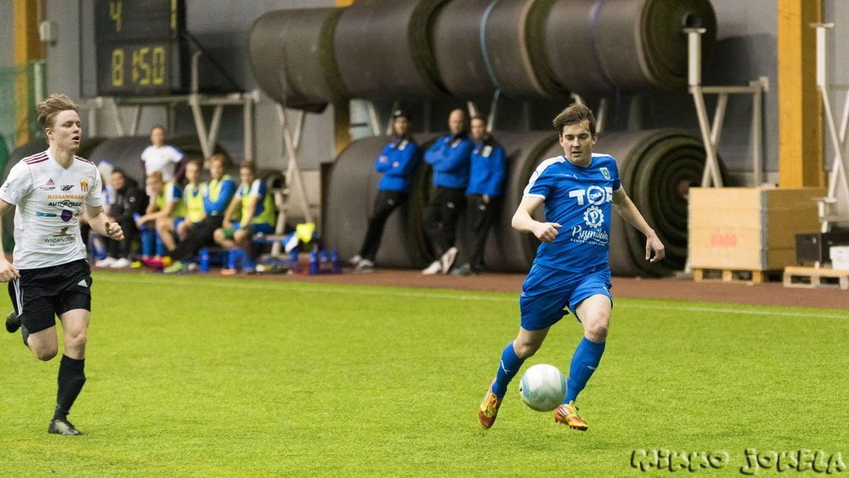 Jussi Rasva nousee maalintekoon.