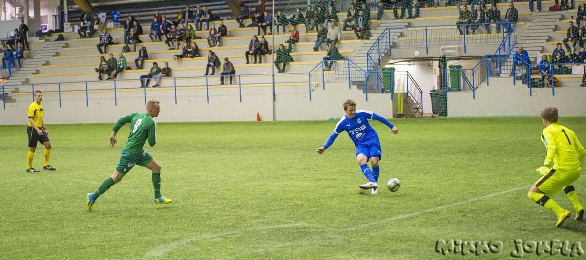 Konsta Raittinen pääsee sjoittamaan pallon maaliin täysin vapaana.