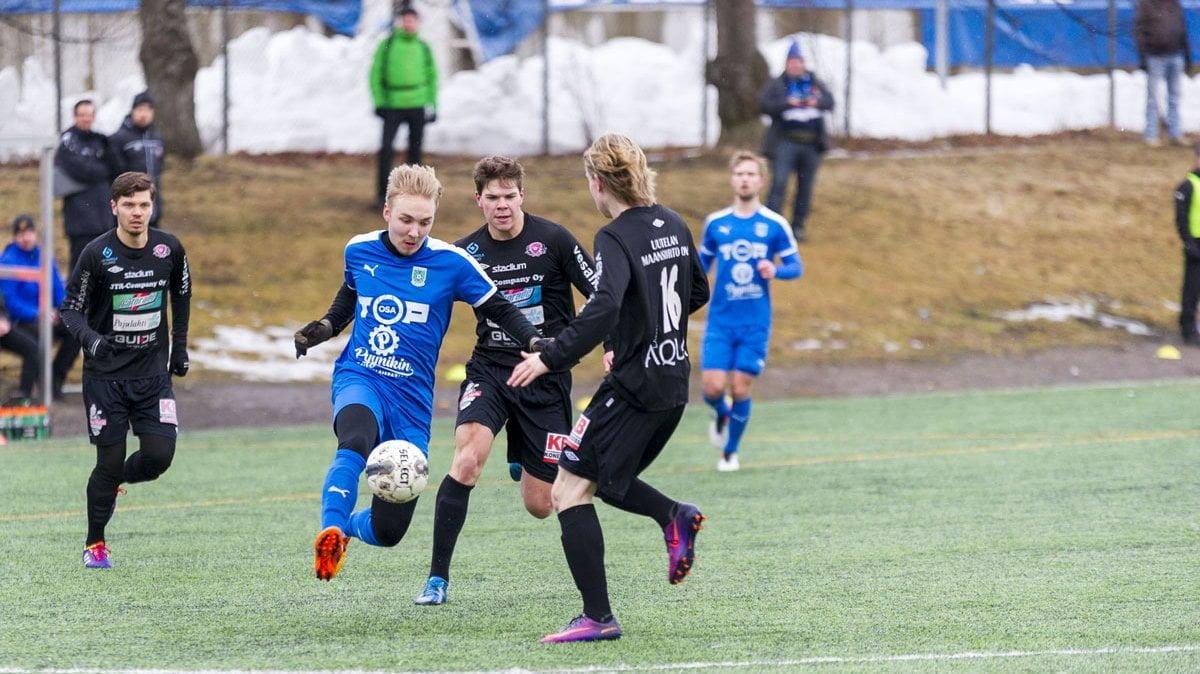 Matti Saari murtautuu kohti maalia.