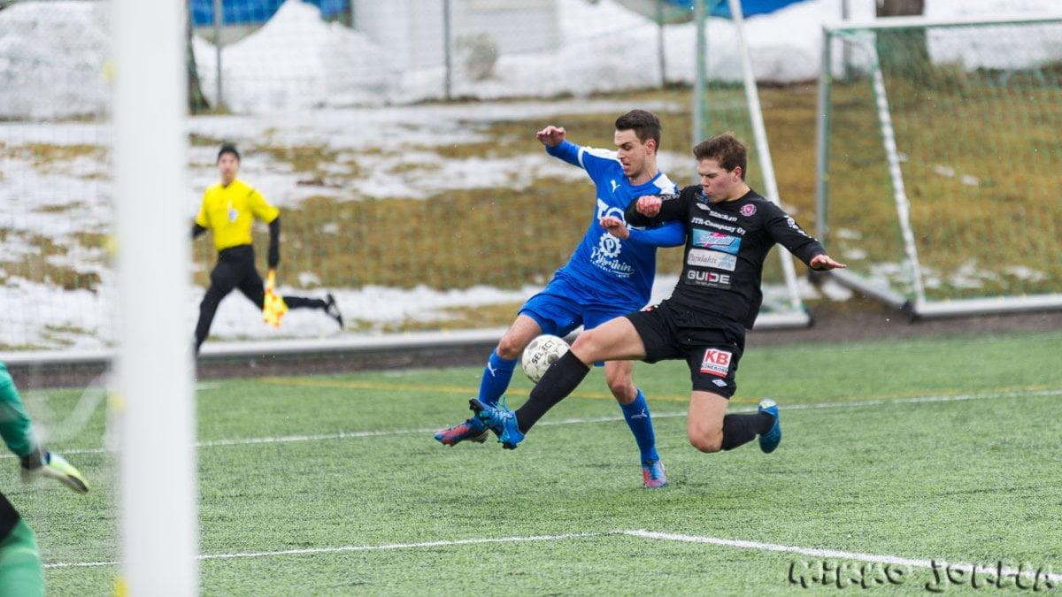 Niclas Kalatsev taistelee pallosta.