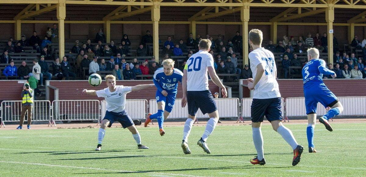 Matti Saari puskee pallon kohti maalia.