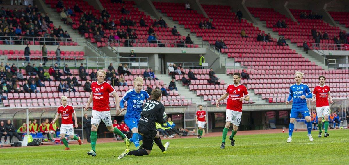 Topias Järvelä ei ehdi palloon ennen maalivahtia.