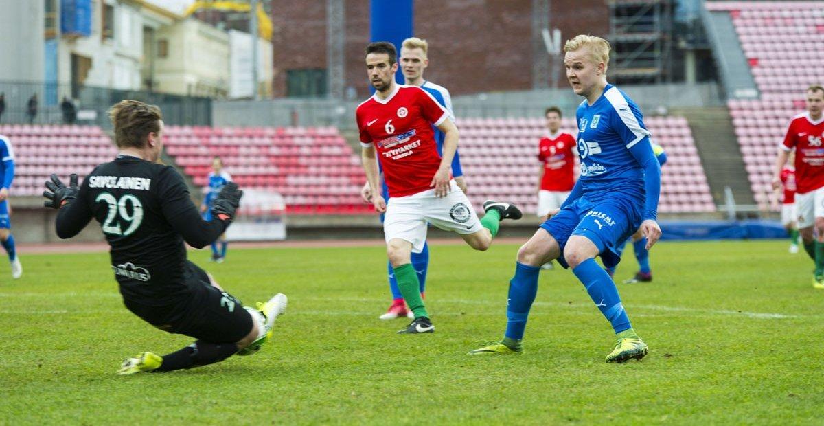 Topias Järvelän laukaus jää maalivahti Henri Savolaisen jalkoihin.