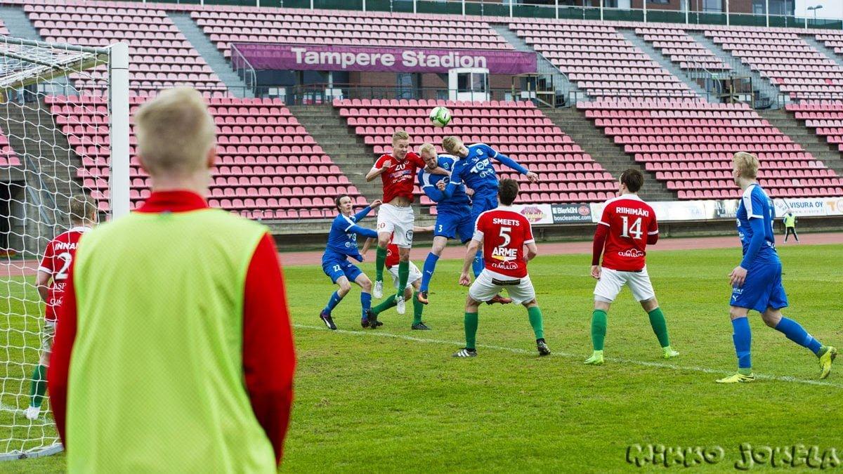 Roope Kostiainen ja Tero Intala tavoittelevat korkeaa palloa.