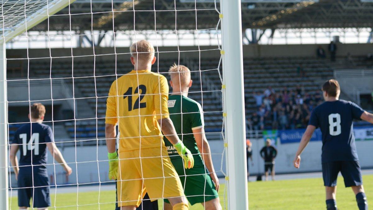 Topias Järvelä seisoo maalivahti Heikki Louhivaaran edessä hetkeä ennen maalintekoa. Kuva: Teemu Levänen.