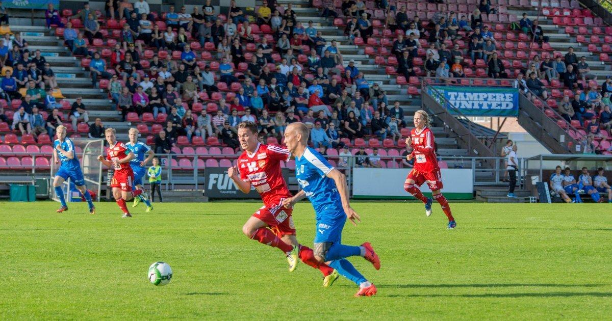 Lauri Saari vie palloa ylös.