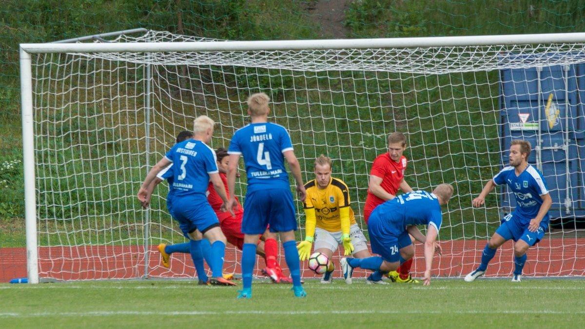 Max Mäkelä iskee 1–0-maalin.